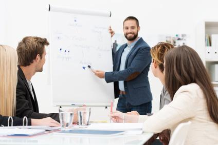 frau hält vortrag zur mitarbeiterentwicklung